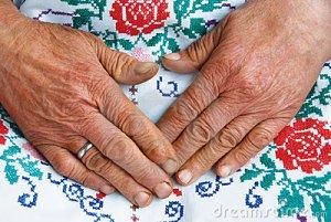 viejas-manos-y-trabajo-hecho-mano-arrugados-10531225