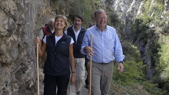 La Ministra de Medio Ambiente en la Ruta del Cares. Foto: elcomercio.es
