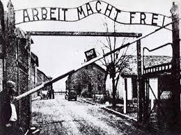 """""""El trabajo os hará libres"""" Lema nazi instalado a la entrada del campo de concentración de Auswitch"""